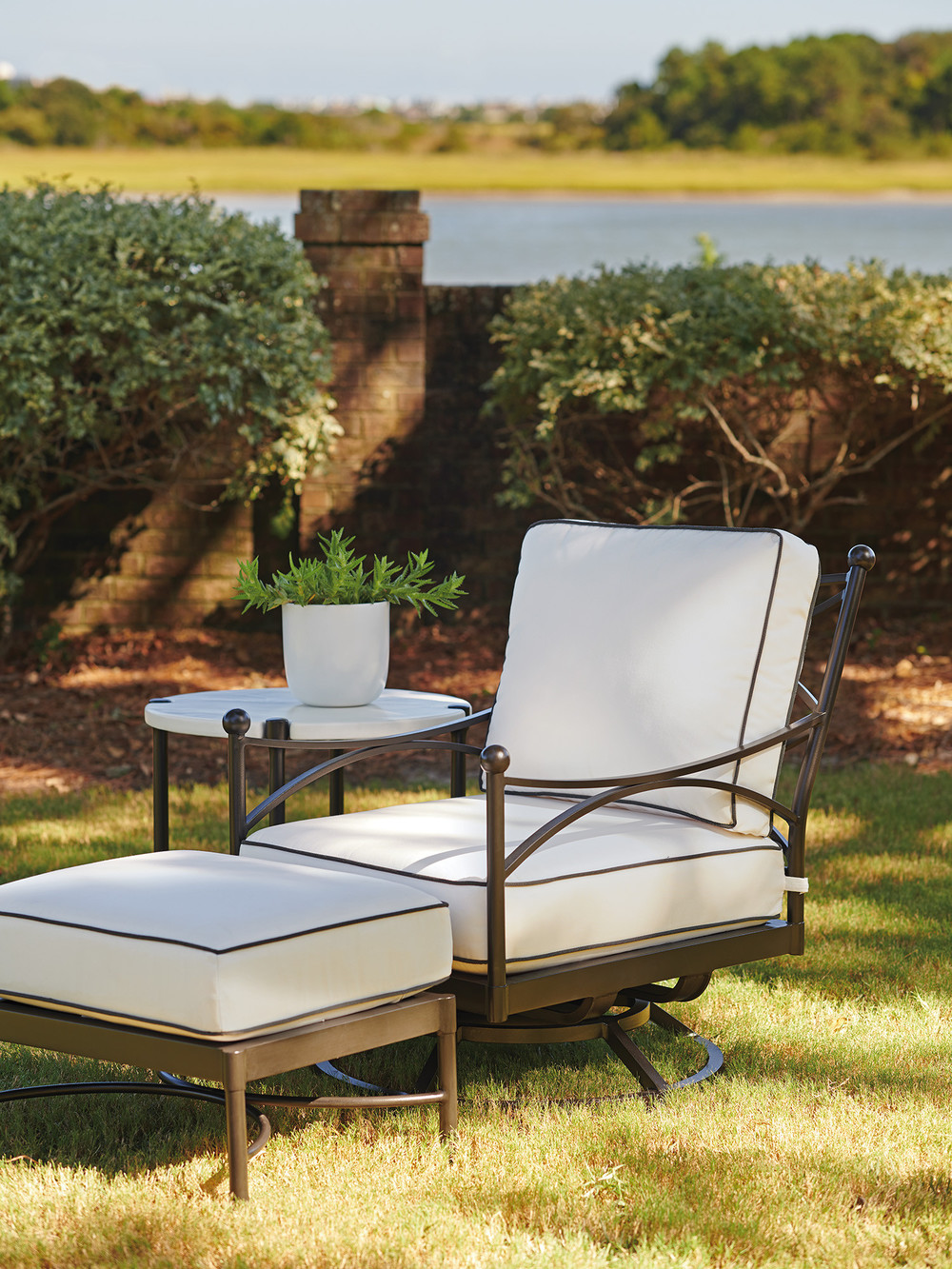 Lexington - Swivel Lounge Chair
