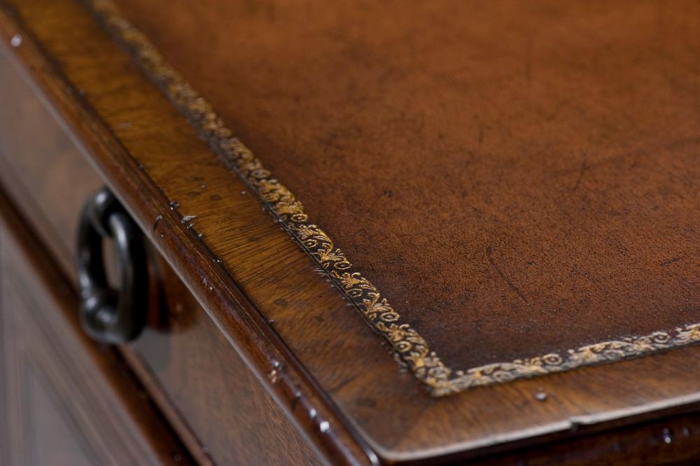 Theodore Alexander - L'ecriture Pedestal Desk